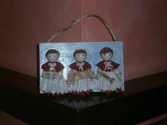 """Targhetta natalizia con chierichetti cantori realizzata in pasta gabrylea. Creazione di Paola di """"Frugando in soffitta""""."""