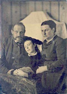 Un père et une mère posent avec leur fille décédée comme c'était la coutume à l'ère Victorienne