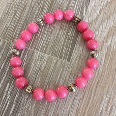 Armband van 8mm roze jade met metalen sierkralen. Van JuudsBoetiek, te bestellen op www.juudsboetiek.nl.