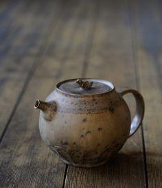 Norikazu Oe Teapot - Cute little bird for a lid handle! √ La théière que j'utilise pour mon thé noir!