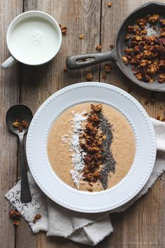 Start your morning with a pumpkin-inspired breakfast bowl topped with homemade pumpkin spice granola! Nutritious and so delicious! Pumpkin Breakfast, Breakfast Bowls, Breakfast Recipes, Brunch Recipes, Vegetarian Breakfast, Vegetarian Food, Fall Recipes, Breakfast Ideas, Yummy Recipes