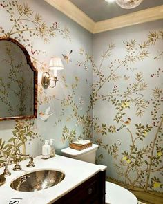 neues Haus A powder room is the perfect place to indulge a love of exuberant chinoiserie wallpaper. Design Hall, Flur Design, Design Design, Small Bathroom Wallpaper, Bird Wallpaper, Quirky Wallpaper, Wallpaper Powder Rooms, Wallpaper Design For Bedroom, Cottage Wallpaper