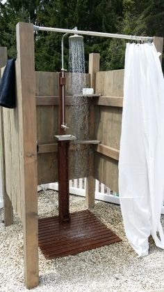 Im Freien rustikale Dusche am Pool Ich kaufte die Dusche online es hakt einfach … Outdoor Rustic Poolside Shower I Bought The Shower Online It's Easy To Hook Up … – Outdoor Baths, Outdoor Bathrooms, Outdoor Fun, Outdoor Lighting, Outdoor Decor, Outdoor Curtains, Pool Shower, Garden Shower, Diy Shower