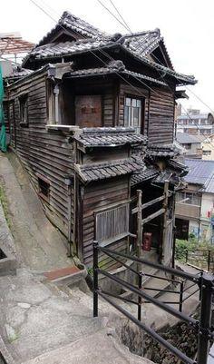 こちらのガウディハウスは昭和8年に1人の大工さんが、3年の歳月をかけて建てた歴史ある建物。ところが、跡継ぎ不足と老朽化により、25年間空き家の状態で解体の危機にあったといいます。 Japan Architecture, Chinese Architecture, Architecture Details, Landscape Architecture, Interior Architecture, Interior And Exterior, Japanese Buildings, Traditional Japanese House, Interesting Buildings