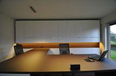 De maatkasten werden allen voorzien in een mat witte decor. De houtstructuur van het bureaublad bezorgt het bureau een warme look.  Kast-ID Asse