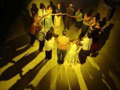Em formato de círculo e de mãos dadas, os participantes são estimulados a dançar em conjunto.