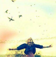 Ser como las Aves... Volar, conocer y sentir nuestras propias alas. Transitar nuestro aprendizaje de volar. Crecer hacia lo Alto y pisar la tierra. Compartir el vuelo con otras aves, sin apegos. Reconocer la libertad y vivirla, sin tanto equipaje. No perder el foco de mantener el equilibrio, la fuerza y la voluntad. Sabernos Seres completos, en busca de amaneceres, en busca de paz y sentimientos de Amor y libertad...  Mujer Hiedra-Mariana Rupp