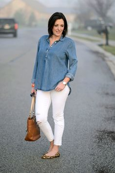 Loving this crisp, chic spring outfit - chambray shirt, white distressed ankle skinnies, and leopard ballet flats - you can't go wrong with that combo! Casual Work Outfits, Summer Fashion Outfits, Spring Outfits, Spring Fashion, Chambray Shirt Outfits, White Jeans Outfit, White Pants, Leopard Ballet Flats, Fashion For Women Over 40