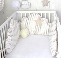Tour de lit bébé, nuages, 3 grands coussins  à petites étoiles, couleur blanc et beige