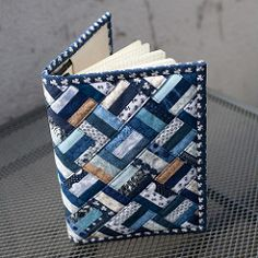 Buchjacke 6 - Diy and Crafts - Diy und Bastelt Ideen 2019 - Bucher Small Sewing Projects, Sewing Crafts, Fabric Book Covers, Denim Crafts, Fabric Journals, Patchwork Bags, Book Quilt, Mini Quilts, Machine Quilting