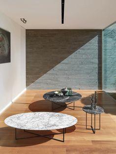 Sabi est la nouvelle série de tables basses déclinées en trois versions (ronde, ovale et petite). Elle a une structure métallique bronze mat, elle est..