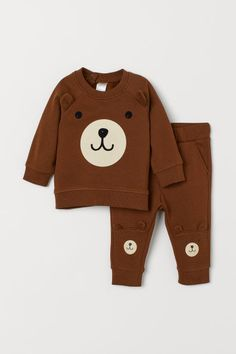 Set with a sweatshirt and sweatpants. Long-sleeved sweatshirt with a design with appliqués at front, concealed snap fasteners on one shoulder, and ribbing a Baby Outfits, Outfits Niños, Little Boy Outfits, Toddler Boy Outfits, Toddler Boys, Kids Outfits, Toddler Boy Fashion, Little Boy Fashion, Fashion Kids
