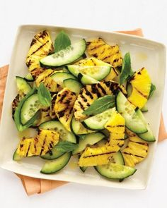 Ananas, basilicum en komkommer salade.