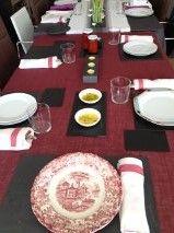 Mesa con #bajoplatos de #pizarra. Una idea original para #decorar tu #mesa para #fiestas o #navidades