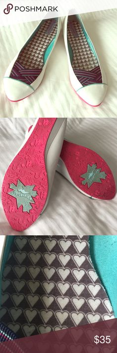 ❤️️ KangaROOS white pumps with slight heel Cute heart sole details, sea moss suede lining. Goes well with any fashion! ❤️ Shoes Wedges
