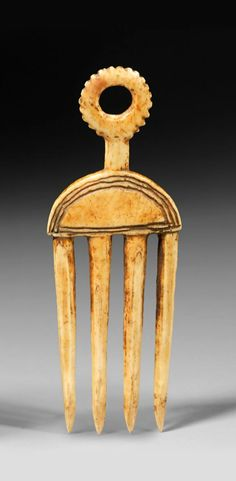 Africa | Comb from the Baule people of the Ivory Coast; ivory, honey toned patina. H; 12,5 cms