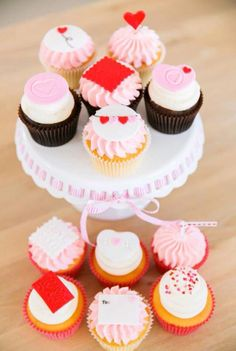 Valentine's Day cupcakes by www.facebook.com/breezyscakes