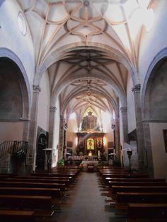 Iglesia de Santiago Apóstol. Construida entre los siglos XV y XVI , tiene una única nave de cinco tramos , con capillas laterales.