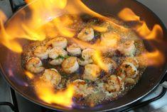 Impressione seus convidados com este camarão flambado na cachaça. E apesar do flambado, esse é em essência um prato super simples de preparar.