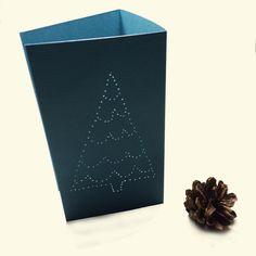 Reikäkuusikortti. lasten   askartelu   joulu   joulukortit   käsityöt   koti   DIY ideas   kid crafts   christmas   home   cards   Pikku Kakkonen