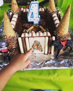Le gâteau château pour la fête au theme robin des bois quelques biscuits des playmobil Tout y est ! Les canons les boulets les pièces d'or tout se mange notre fils était tellement content et ses amis aussi