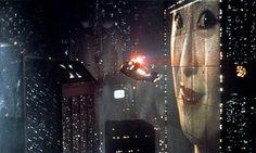 """BLADE RUNNER (1982) (dir. Ridley Scott)    Los Angeles 2019, uma megalópole assustadora na qual os """"replicantes"""" podem estar se escondendo - isto é, super-sofisticados robôs servidores orgânicos indistinguíveis dos humanos, que desafiaram as regras que os proibiam de entrar na cidade. Policiais especiais têm que caçá-los. A cidade é colossal, um planeta virtual próprio que, curiosamente, sugere o poder econômico e cultural da Ásia. com cargas de anúncios de outdoor do Extremo Oriente."""