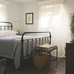 Modern farmhouse look combines the traditional with the new for a peaceful, airy, welcoming feel. Here are some awesome farmhouse bedroom photos to inspire you. Dream Bedroom, Home Bedroom, Master Bedroom, Bedroom Decor, Airy Bedroom, Modern Bedroom, Vintage Industrial Decor, Industrial Style, Bedroom Photos