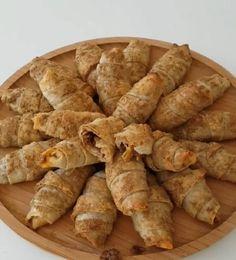 Bu börek inanılmaz lezzetli çok farklı ve kolay bir börek İki yufka arasında yağlı haşhaş ezmesi iç harç olarak da böyle soğanlı salçalı yeş..