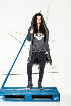 CUB dark grey wolf logo T-shirt, navy blue pants and Urban Ninja sweatshirt/coat in dark grey #polishfashion #fashion #cub_wear #cub #urbanninja #ninja #cotton #natural #sport #city #look #Tshirt #girl #grey #navyblue