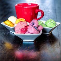 Bizim gibi güne bir kahve içmeden başlamam diyenler #günaydın☕️☺️ Rengarenk ve enerji dolu meringues ler gibi bir gün geçirmeniz dileğiyle #vitrinsokagi #meringues #kahve #coffee #renk #kahvaltı #good #morning #goodmorning #day  #vitrinsokağı