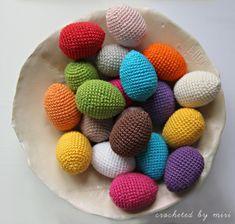 Veľkonočné vajíčka nemusia byť iba maľované. Rôznofarebné vajíčka si môžete aj uháčkovať. Stačí na to bavlna, háčik, trochu výplne a chuť háčkovať. Easter Crochet, Easter Eggs, Table Decorations, Blog, Easter Decor, Spring, Google, Objects, Amigurumi