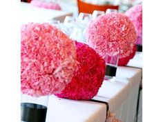 Bolas de flores feitas com cravo rosa e vermelho