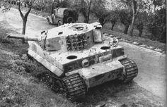 https://flic.kr/p/eWERJ3 | Panzerkampfwagen VI Tiger (8,8 cm L/56) Ausf. E (Sd.Kfz. 181) | Nous serions près de Berlebeck (Allemagne) courant avril 1945 avec ce Tiger qui appartiendrait selon certaines sources au Panzergruppe Paderborn (dont les éléments viendraient du Panzer-Ersatz-Abteilung 500) qui combattit dans le secteur de Paderborn entre le 30 mars et le 12 avril, date à laquelle tous ses blindés furent perdus. Picture courtesy Krueger Horst Identification courtesy…