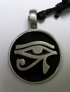 Dije de pewter con el Ojo de Horus