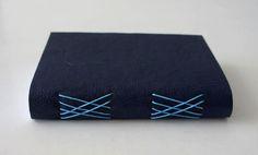 Lindo caderno com capa em couro sintético com costura romanesca. Por dentro, o couro é forrado com tecido 100% algodão.Ótimo para carregar na bolsa e não perder nenhuma anotação.Dimensões: 13,7cm X 10,3cm140 páginasAceito encomendas de outras cores, tamanhos e modelos.