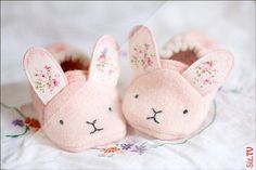 Best 12 Adorable animal shoes for super sweet feet! These sweet baby shoes/slippers stay on well, even on active little feet, and with 7 different animals to choose from you can make a different pair for each day of the week! A lovely baby shower gift and Baby Shoes Pattern, Shoe Pattern, Sewing Projects For Kids, Sewing For Kids, Sewing Crafts, Love Sewing, Baby Sewing, Sewing Tips, Sewing Ideas