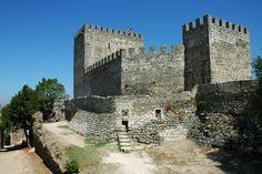 O Castelo de Leiria foi mandado construir por D. Afonso Henriques, como forma de…