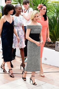 Sienna Miller en robe Balenciaga automne-hiver 2015-2016 accompagnée des autres membres du jury au photocall de l'ouverture du Festival de Cannes, le 13 mai 2015