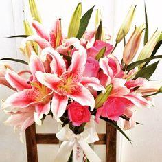 Buque de flores com rosas pink, lírios rosas desabrochados e outros que irão desabrochar fazendo uma linda surpresa! - @PollenFlores - www.pollenflores.com.br