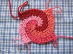 "Crochet Stitches Design How to do a spiral crochet. - You've seen already this cushion on my ""Pinky"", and now is time to chat about it! I've seen this crochet stitch (spiral stitch, you can find a tutorial here or there) and I … Mode Crochet, Crochet Diy, Crochet Motifs, Freeform Crochet, Crochet Squares, Crochet Stitches Patterns, Crochet Crafts, Yarn Crafts, Knitting Patterns"