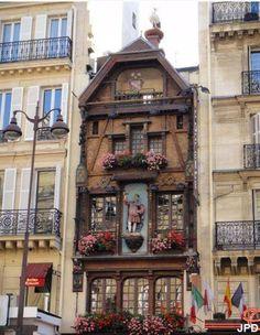 La brasserie est située au 119 rue Saint-Lazare dans le 8e arrondissement de Paris,