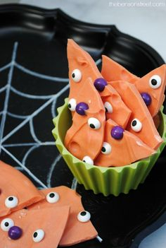 Have fun with the kids making this spooky halloween chocolate bark at thebensonstreet.com