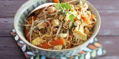 Gewokte taugénoedels met roerei en cashewnoten