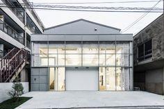all photos(C)川本史織 長坂常 / スキーマ建築計画が設計した東京都墨田区の「高橋理子押上スタジオ」です。 元々、工場兼オフィスとして利用されていた鉄骨造の古い建物を、性能向上を目指し、耐火被覆、構造補強を入れながら、再びこの先数十年使い続けられるスペースを求め改修を行った。もともと質より量という価値観で作られ、その上、あらゆる遍歴をたどった築40年の建物は各所にいびつな空間やズレが存在し、そこにさらに性能向上のための加工、および化粧を施すことで、そのズレはさらに如実にあらわれ予想もつかない体験を生む空間に変換された。 ※以下の写真はクリックで拡大します 以下、建築家によるテキストです。 ********** 元々、工場兼オフィスとして利用されていた鉄骨造の古い建物を、性能向上を目指し、耐火被覆、構造補強を入れながら、再びこの先数十年使い続けられるスペースを求め改修を行った。もともと質より量という価値観で作られ、その上、あらゆる遍歴をたどった築40年の建物は各所にいびつな空間やズレが存在し、そこにさらに性能...