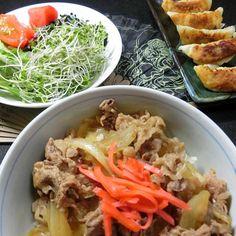 牛丼、撮影のため御飯多めに入れ、底上げ。 餃子は少し焦げ過ぎたので単独では撮らず、牛丼と餃子5個の出演。 三十個位焼いたのに、ましな5個だけ出演。 後は野菜。ワサビドレッシングをかけて食べる。美味しい。生野菜は好きです。 - 135件のもぐもぐ - 晩ご飯  牛丼  餃子  野菜 by hiroshikimDeU