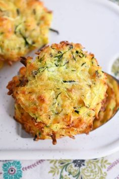 Healthy Baked Cheesy Zucchini Bites {i. Fritters}- Healthy Baked Cheesy Zucchini Bites {i. Fritters} These baked cheesy zucchini bites are so easy to make, and are a healthier, but still delicious alternative to a classic fried zucchini fritter! Zucchini Zoodles, Zucchini Bites, Zucchini Muffins, Bake Zucchini, Baked Zucchini Fritters, Fried Zucchini Cakes, Fried Zuchinni, Zucchini Tortilla, Zucchini Cheese