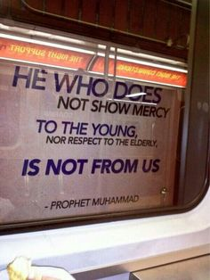 """هناك لوحة توعوية في محطة قطار في تورنتو الكندية مكتوب عليها حديث الرسول ﷺ """"ليس منّا من لم يرحم صغيرنا ويوقر كبيرنا"""""""