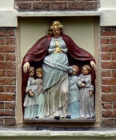 Gevelsteen met heilige Ursula, Begijnhof Amsterdam, Photo by Pancras van der Vlist.