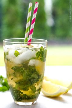Mojito a beverage that, if made clearly, calms a person down in summer that could make the bad atmospheric condition sweeter in snow. Cocktail Drinks, Fun Drinks, Beverages, Smoothie Recipes, Smoothies, Most Popular Cocktails, Tequila Shots, Mojito Recipe, Grape Juice