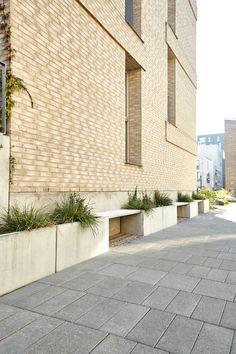 Nordicserien er plantekummer, der her er sat sammen med træ som bænke. Aarhus, Siena, Garage Doors, Outdoor Decor, Home Decor, Patio, Decoration Home, Room Decor, Home Interior Design
